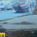 【衝撃映像】後ろ見てなさすぎのバイク乗り、そのせいで転倒したトラックの下敷きになってしまう。