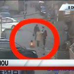 駄々をこねて道路に座り込んだ幼い女の子 → そこへ車がやってきて・・・。
