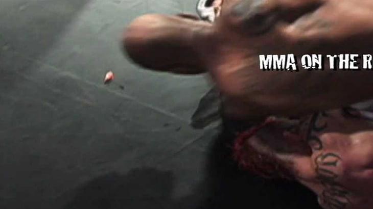 【衝撃映像】MMAの試合中、エルボーを食らって耳がちぎれてしまう動画。