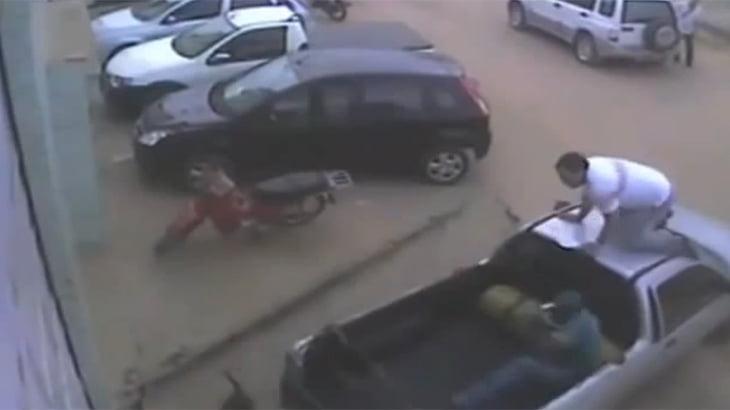 もう飼っちゃだめでしょ・・・ピットブルが駐車場で男性2人を襲う動画。