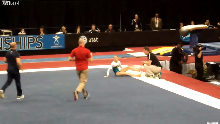 """【閲覧注意】体操選手の左足が """"あらぬ方向"""" に折れてしまうグロ動画。"""
