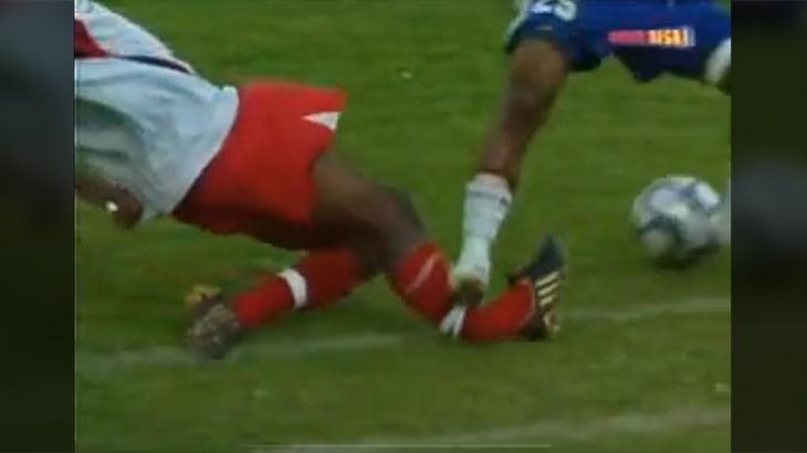 【閲覧注意】サッカーの試合中に足がグシャっと折れてしまうグロ動画。