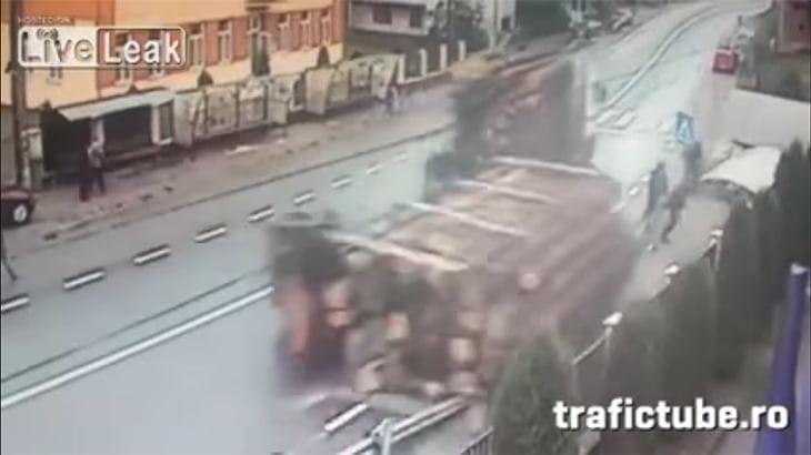談笑していた歩行者たち、トラックに積まれていた丸太に押しつぶされて死ぬ動画。