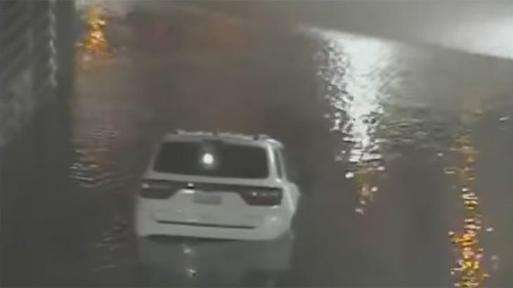 こんなの罠すぎるでしょ・・・浸水した地下道に水没する車の動画。
