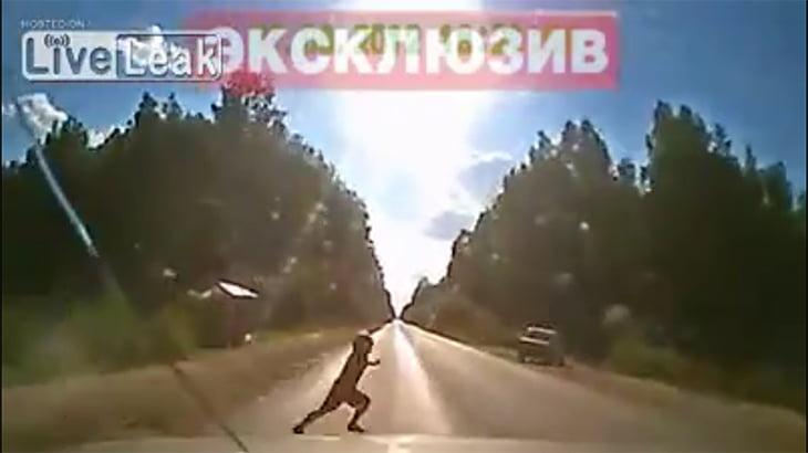 急に飛び出してきた子供が救急車に轢かれて死亡する映像。