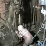 ロシアの労働現場で起きた事故映像をまとめた動画。