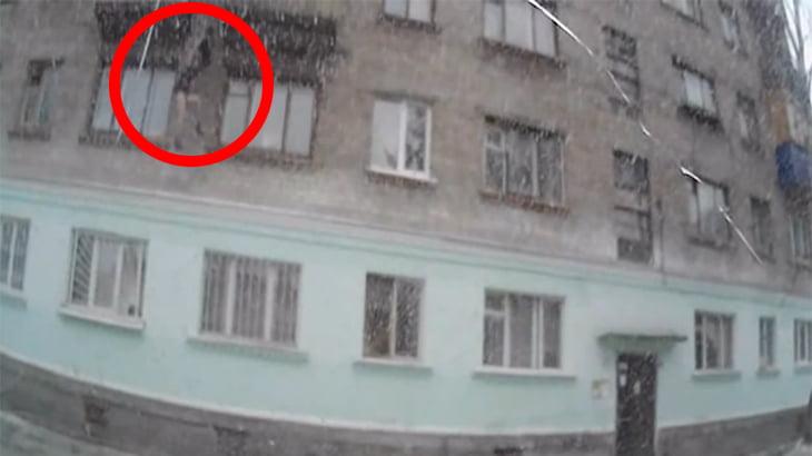 運転してたら突然人が降ってきた・・・。ドラレコに映った自殺動画。