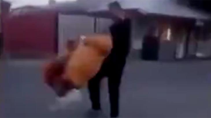 ルーマニアの少年たちがおばあちゃんを振り回して遊ぶ胸クソ動画。