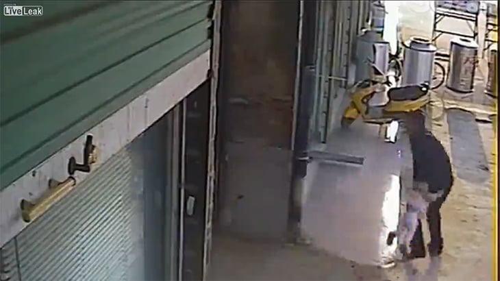 喧嘩の腹いせに赤ちゃんを放り投げる中国人男性の動画。