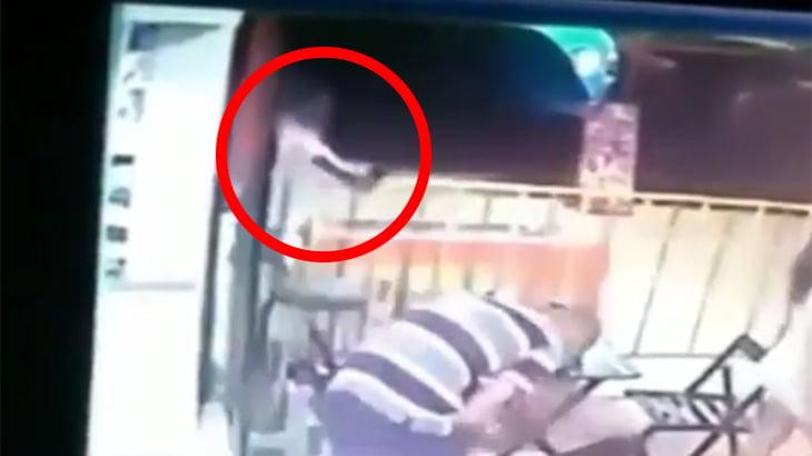 幼い娘は、父親が頭を撃ち抜かれて死ぬ瞬間を見てしまう動画。