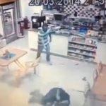 ブラジルの警官、強盗2人に襲われるも返り討ちにする動画。