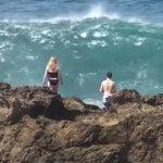 アホや・・・こんなにも波が荒いのに目の前まで行って流されてしまう観光客。