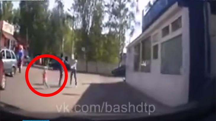 母親の目の前で子供が轢かれてしまう動画。