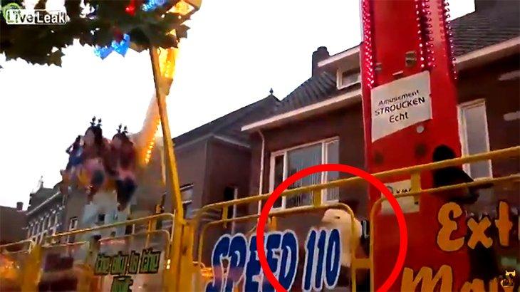 遊園地のアトラクション、係員が吹き飛ばされる動画。