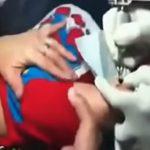 これ虐待では・・・?赤ちゃんの腕にタトゥーを入れさせる母親の動画。