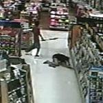 ウォルマートで買い物中の女性、イカれた男にバットで頭を殴られる動画。