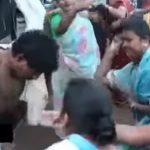 レイプ犯、捕らえられて村の女性たちにフルボッコにされる動画。