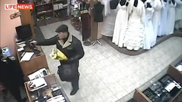 息を吸うように人を殺す。ロシアの殺し屋が店主を銃殺する監視カメラ映像。