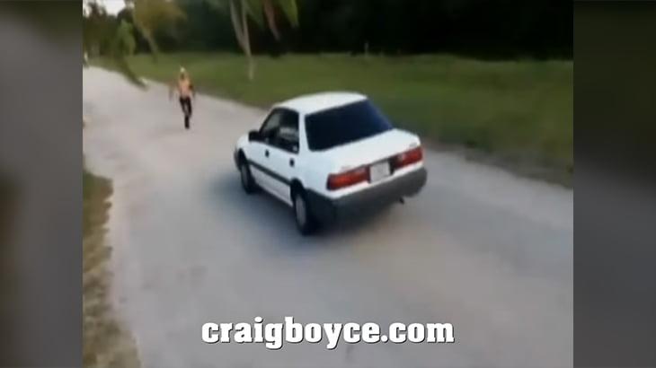 走ってくる車の上をジャンプしようとして大怪我を負ってしまう17歳の少年。
