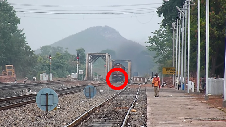 【インド】線路上の牛が電車に轢き殺されてしまう動画。