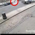 12歳の少女が乗用車に轢かれたあとバスにまで轢かれてしまう動画。