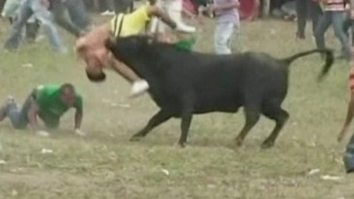コロンビアの闘牛場にて興奮した牛に殺されてしまう2人の男性。