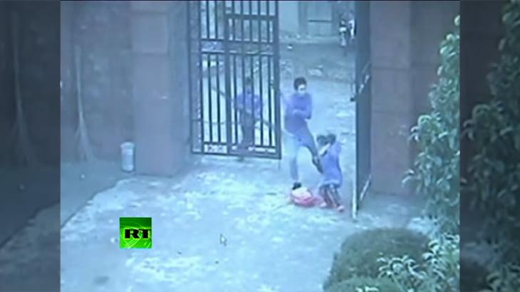 学校に包丁を持った男が侵入。児童を含め23名が負傷した監視カメラ映像。