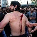 【閲覧注意】自ら身体をナイフで傷つける祭り「アーシューラー」にて背中がパックリ開いてしまうグロ動画。