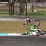 これは危ない落ち方・・・バイクスタント中、ジャンプに失敗して顔から落ちてしまう。