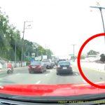 【衝撃映像】電話しながら道路を横断した女性、豪快に跳ねられてしまう事故動画。