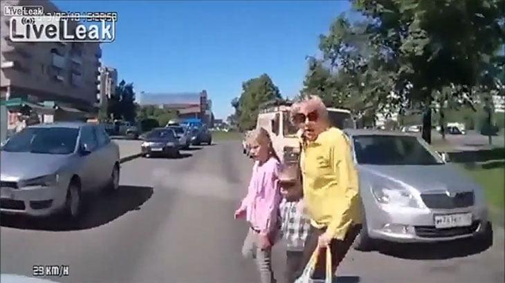 人が車に轢かれる瞬間をまとめた動画。総数50人。