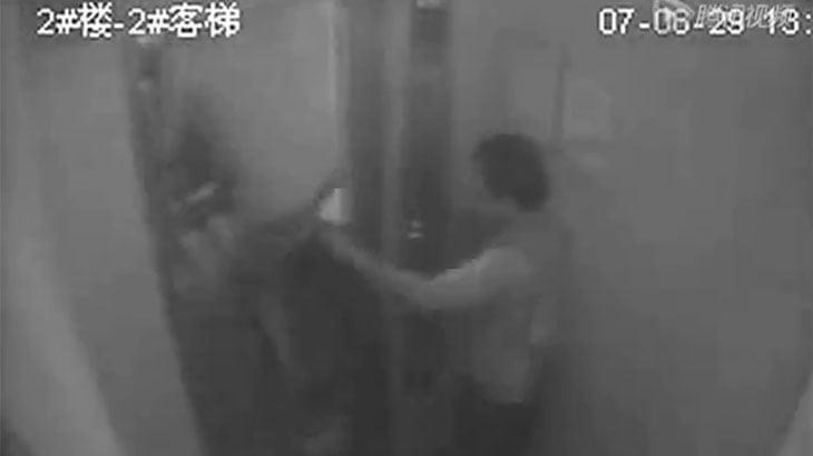 故障したエレベーターに挟まれてしまう恐ろしい映像。