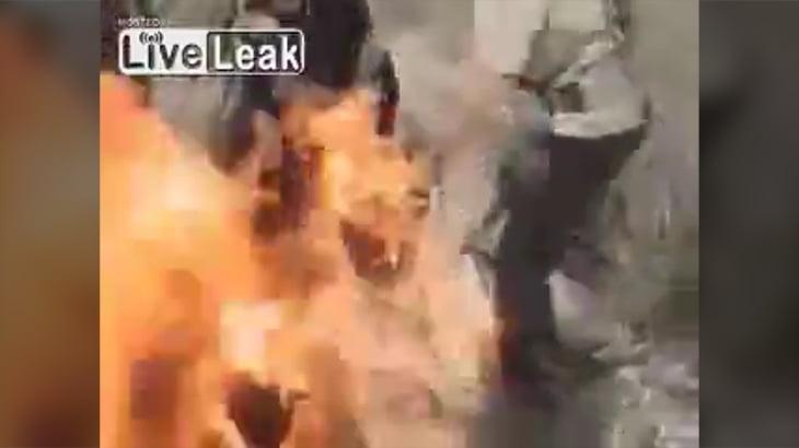 【閲覧注意】同性愛者であるために生きたまま焼かれてしまう男性3人のグロ動画。