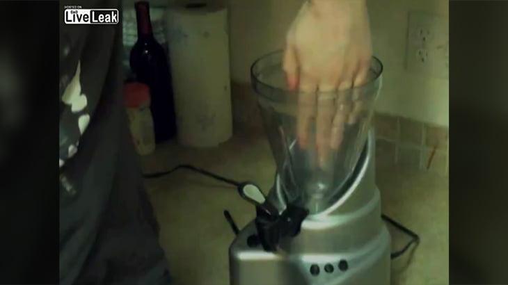 【閲覧注意】回転するジューサーに手を突っ込んでグチャグチャになるグロ動画。