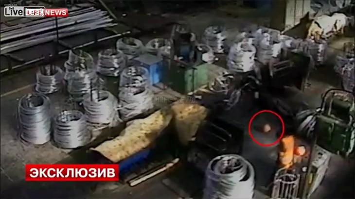 工場にて、ワイヤーで切り落とされた男性の頭がころがる動画。