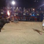 ツノに火をつけた闘牛をおちょくりまくる男性、案の定やられる動画。