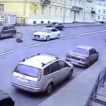 【衝撃映像】迷惑すぎる。車に轢かれて自殺をはかる男性の動画。