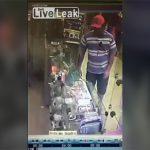 元妻との復縁を断られた男、自分の胸を撃ち抜き自殺する動画。