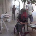 【閲覧注意】爆撃を受けた男性、おそらく死んだことにも気づいていないグロ動画。