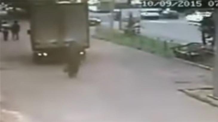 バックしてきたトラックに轢き殺される女性の動画。