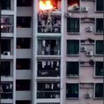 マンションで火災発生、8階から落ちて死亡する女性の動画。