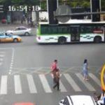 青信号を渡っていた4歳の男の子、ゆっくりと車に轢かれる動画。