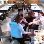 唐突に始まる中国人女性たちによる乱闘。なんだかプロレスっぽい。