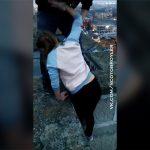 度胸試しをする女の子。ロシアで人気の遊びが怖すぎる動画。