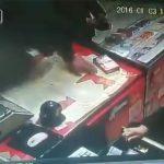 【閲覧注意】突然、刃物で頭を切られて殺される店主の動画。