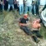 【閲覧注意】レイプ犯の2人の男、火炙りとなり殺されるグロ動画。
