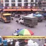 携帯電話に気を取られ女性、トラックに踏み潰されてしまう動画。