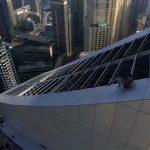 いつか死ぬと思う。超高層ビルの斜面を滑り落ちる男の動画。