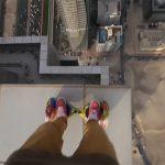 高層ビルの屋上で小さなセグウェイを乗り回す恐ろしい動画。