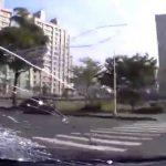 キチガイドライバー、人を轢いて走る動画。